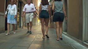 威尼斯,意大利- 2017年8月8日 走沿狭窄的步行街道的少妇 股票录像