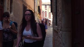 威尼斯,意大利- 2017年8月8日 非常狭窄的步行街道 股票录像