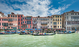 威尼斯,意大利- 6月, 09 :在大运河的长平底船在威尼斯, Ita 免版税库存图片