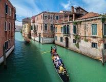 威尼斯,意大利- 2010年5月16日:一艘长平底船在威尼斯,意大利 免版税图库摄影