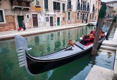 威尼斯,意大利- 2010年5月16日:一艘长平底船在威尼斯,意大利 库存照片
