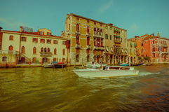 威尼斯,意大利- 2015年6月18日:与未认出的人航行的Bote在威尼斯附近,在老建筑学后 免版税库存图片