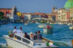威尼斯,意大利- 2015年6月18日:乘在威尼斯,水运输的未认出的游人出租汽车是非常共同的在意大利 库存照片