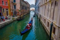 威尼斯,意大利- 2015年6月18日:会见长平底船运输的,与a的水方式的人美丽的景色威尼斯 库存图片
