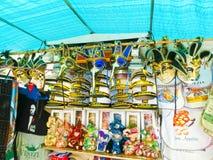 威尼斯,意大利- 2017年5月04日:供营商站立-销售传统纪念品和礼物的有益和普遍的形式象 免版税图库摄影