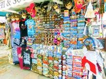 威尼斯,意大利- 2017年5月04日:供营商站立-销售传统纪念品和礼物的有益和普遍的形式象 库存照片