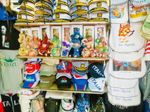威尼斯,意大利- 2017年5月04日:供营商站立-销售传统纪念品和礼物的有益和普遍的形式象 库存图片