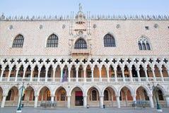 威尼斯,意大利- 2014年3月12日:共和国总督宫殿和和江边早晨光的 免版税库存照片