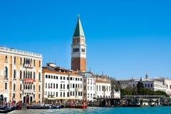 威尼斯,意大利- 2015年3月28日:共和国总督的宫殿和钟楼看法Piazza的di圣Marco,威尼斯,意大利 免版税库存照片
