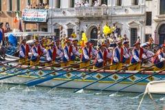 威尼斯,意大利- 2008年9月07日:历史船在9月打开Regata Storica,每年举行在第一星期天 免版税库存照片