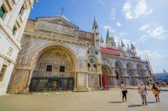 威尼斯,意大利- 2015年6月18日:圣徒在威尼斯的马科斯大教堂的一小的边, visitting从的未认出的人民 库存照片