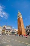 威尼斯,意大利- 2015年6月18日:圣徒马科斯广场在有一座高钟楼在边和大教堂的威尼斯在 免版税图库摄影