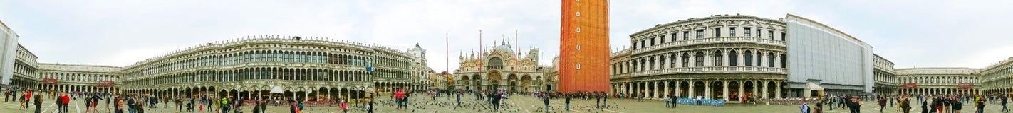 威尼斯,意大利- 2017年5月04日:圣马可广场或者圣马克` s正方形,与古老钟楼 这是大广场 库存照片