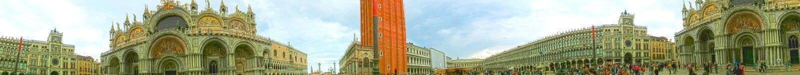 威尼斯,意大利- 2017年5月04日:圣马可广场或者圣马克` s正方形,与古老钟楼 这是大广场 免版税库存图片