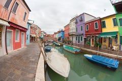 威尼斯,意大利- 2016年2月16日:在五颜六色的房子的宽看法 库存照片