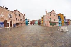 威尼斯,意大利- 2016年2月16日:在五颜六色的房子的宽看法 库存图片