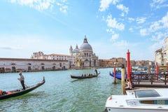 威尼斯,意大利- 2017年4月02日:在大教堂圣玛丽亚della致敬的重创的运河 库存照片