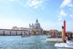 威尼斯,意大利- 2017年4月02日:在大教堂圣玛丽亚della致敬的重创的运河 免版税库存照片