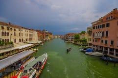 威尼斯,意大利- 2015年6月18日:在威尼斯,在小船的水运输的Gran运河 绿色好的水 图库摄影