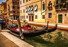 威尼斯,意大利- 2016年8月17日:在狭窄的运河特写镜头的传统长平底船2016年8月17日在威尼斯,意大利 免版税库存照片