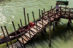 威尼斯,意大利- 2016年8月17日:在狭窄的运河特写镜头的传统长平底船2016年8月17日在威尼斯,意大利 库存照片
