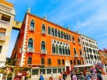 威尼斯,意大利- 2015年6月06日:在街道上的人们在威尼斯,意大利 库存照片