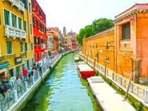 威尼斯,意大利- 2015年6月06日:在街道上的人们在威尼斯,意大利 免版税库存图片