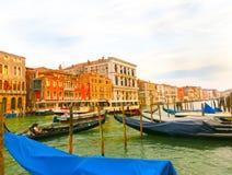 威尼斯,意大利- 2015年6月13日:在运河的长平底船重创在一个美好的夏日 免版税库存照片