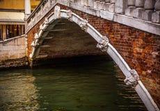 威尼斯,意大利- 2016年8月17日:在都市风景的看法和在威尼斯运河的可爱的桥梁2016年8月17日的在威尼斯, Ital 免版税库存照片