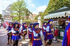 威尼斯,意大利- 2017年4月02日:在风景老街道上的艺术性的狂欢节行军者在意大利盐水湖 免版税库存照片