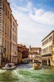 威尼斯,意大利- 2016年8月19日:在水的减速火箭的棕色出租汽车小船在2016年8月19日的威尼斯在威尼斯,意大利 库存照片