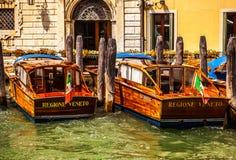 威尼斯,意大利- 2016年8月19日:在水的减速火箭的棕色出租汽车小船在2016年8月19日的威尼斯在威尼斯,意大利 免版税库存照片