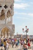 威尼斯,意大利- 2014年9月7日:在Piazzetta圣的繁忙的天 库存图片