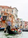 威尼斯,意大利- 2016年7月25日:在Rialto桥梁的长平底船2012年3月28日在威尼斯,意大利 有数千艘长平底船我 免版税库存照片