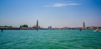 威尼斯,意大利- 2015年6月18日:天空和海的巨大看法由威尼斯,有两个高塔的所有城市加入了 免版税图库摄影