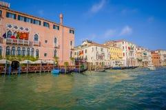 威尼斯,意大利- 2015年6月18日:好和pinturesque大厦在旅馆的威尼斯,意大利旗子 采取的一点口岸 图库摄影