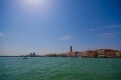威尼斯,意大利- 2015年6月18日:威尼斯壮观的全景有引人注意的圆顶和的塔的 免版税库存照片