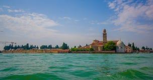 威尼斯,意大利- 2015年6月18日:威尼斯市、好的绿色水和塔壮观的看法在末端与各种各样 免版税库存图片