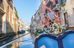 威尼斯,意大利- 2016年10月1日:威尼斯式平底船的船夫在工作 免版税库存图片