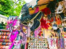 威尼斯,意大利- 2014年5月10日:威尼斯式狂欢节面具,在街道上的纪念品店 免版税图库摄影