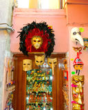 威尼斯,意大利- 2014年5月10日:威尼斯式狂欢节面具,在街道上的纪念品店 免版税库存图片