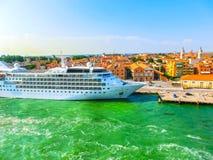 威尼斯,意大利- 2015年6月06日:巡航划线员银风靠了码头a 免版税库存照片