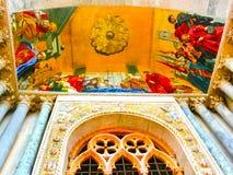 威尼斯,意大利- 2014年5月10日:拜占庭式的马赛克的细节安置一个入口在圣马克大教堂 免版税库存照片