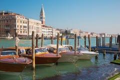 威尼斯,意大利- 2014年3月13日:教会圣玛丽亚della的重创的运河和小船向致敬 库存图片