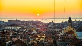 威尼斯,意大利- 2015年2月18日:日落在从圣马克的钟楼看见的威尼斯 库存照片