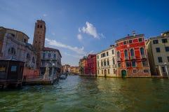 威尼斯,意大利- 2015年6月18日:有一座小的桥梁的威尼斯传统水路在rute, pinturesque大厦全部 库存图片