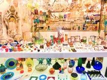 威尼斯,意大利- 2017年5月04日:有传统纪念品的商店和礼物喜欢Murano玻璃对游人参观 图库摄影