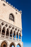 威尼斯,意大利- 2016年8月18日:有圣马克大教堂和圣马克的钟楼钟楼的圣马可广场  库存图片