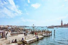 威尼斯,意大利- 2017年4月02日:美好的晴天在意大利盐水湖 在圣Marco广场附近的看法 免版税图库摄影