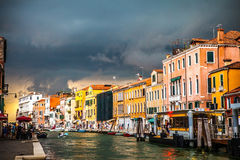 威尼斯,意大利- 2016年8月19日:老中世纪大厦五颜六色的门面反对剧烈的暴风云的每在发生的ea前的天 免版税库存图片